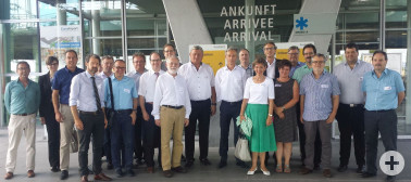 Landrätin Marion Dammann, Damen und Herren Bürgermeister des Landkreises sowie weitere Vertreter des Landratsamts vor dem Terminal des EuroAirport Basel-Mulhouse-Freiburg