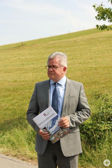 Landesjustizminister Guido Wolf mit der Tourismusbroschüre des Landkreises Lörrach