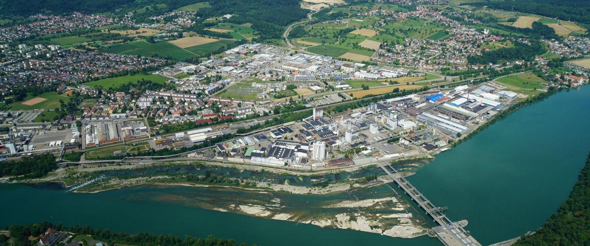 Luftbildaufnahme von Rheinfelden, im Vordergrund das Krakftwerk Rheinfelden