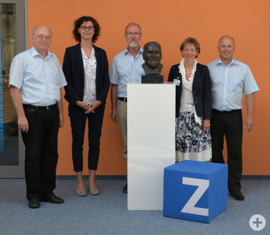 Von links: Vorstand Ulrich Zahoransky, Wirtschaftsbeauftragte Laura Berchtold, Betriebsratsvorsitzender Martin Hinz, Landrätin Marion Dammann und Vorstand Gerhard Steinebrunner