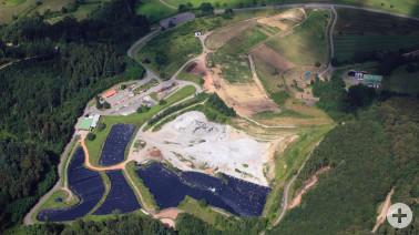 Luftperspektive der Kreismülldeponie Scheinberg in Wieslet: temporär abgedeckte Felder gegen Regen, Erdablagerungen und bereits rekultivierte Bereiche mit Bäumen