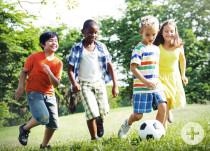 Kinder spielen draußen im freien Fußball - Quelle: Fotolia