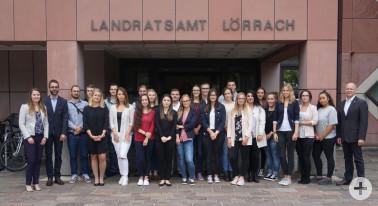 Starten in ihre berufliche Zukunft: die 19 neuen Auszubildenden des Landratsamtes mit (von links) Janina Hänggi, Ulrich Hoehler und Lisa Hugenschmidt sowie Martin Sander (rechts außen)