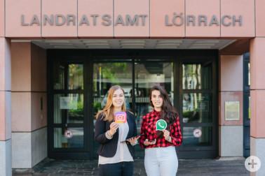 """Die Studierende Anna-Magdalena Grether (links) und die Auszubildende Yelda Karali gewähren per """"WhatsApp"""" und """"Instagram"""" Einblick in ihren Arbeitsalltag im Landratsamt Lörrach"""