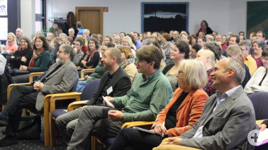 Lauschen dem spannenden Vortrag - die 200 Teilnehmer kamen aus ganz Baden-Württemberg und aus der Schweiz