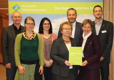 Freuen sich über den neuen Naturpark-Plan (von rechts): Holger Wegner, stellvertretender Geschäftsführer Naturpark Südschwarzwald, Landrätin Marion Dammann, Vorsitzende Na-turpark Südschwarzwald, Roland Schöttle, Geschäftsführer Naturpark Südschwarzwald,