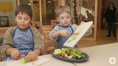 Jungen beim Gemüseschneiden © Silvie Kühne, Fotostudio SKUB