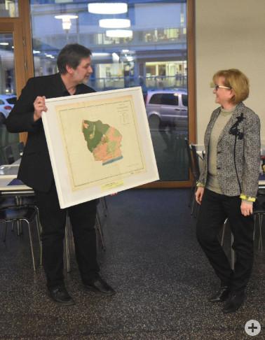 Daniel Schuster überreicht das Bild der Gemarkung Herten an Ortvorsteherin und MdL Sabine Hartmann-Müller