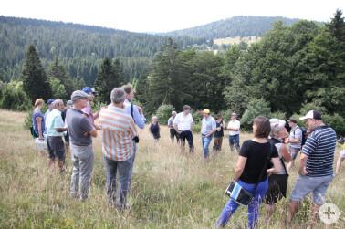 Exkursionsgruppe auf dem von C. Speicher bewirtschafteten Weidberg in Ibach.
