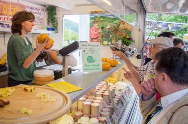 Impressionen von der Naturpark-Käsemesse: Hier kann probiert, nachgefragt und eingekauft werden. (© Naturpark Südschwarzwald)