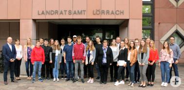 Die neuen 22 Auszubildenden des Landratsamts Lörrach mit Alexander Willi, Martin Sander, Massimo Zuccolillo, Maike Steinbach und Nadine Gehrig