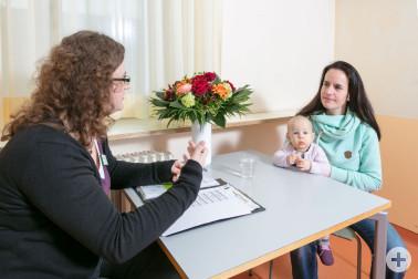 Babylotsin Vera Stächelin berät eine junge Mutter © St. Elisabethen-Krankenhaus