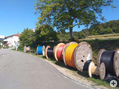 Bunte Leerrohre auf Kabeltrommeln – ein Bild, das sich zurzeit an vielen Stellen im Landkreis Lörrach zeigt (hier in Wollbach)