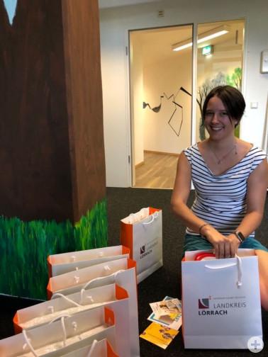 Die neue Familienbesucherin Sandra Staufer packt Informations- und Geschenktaschen für frisch gebackene Familien in Weil am Rhein und im Markgräflerland.