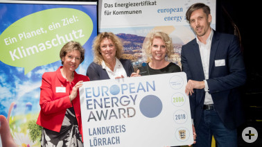 Marion Dammann, Doris Munzig (Fachbereichsleiterin Verkehr), Inga Nietz (Fachbereich Umwelt) und Jan Münster (Geschäftsführer der Energieagentur Südwest GmbH) mit überreichter Auszeichnung des European Energy Awards in Tübingen