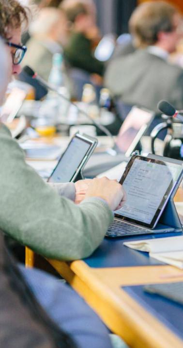 Kreisräte rufen die Sitzungsunterlagen über das iPad auf