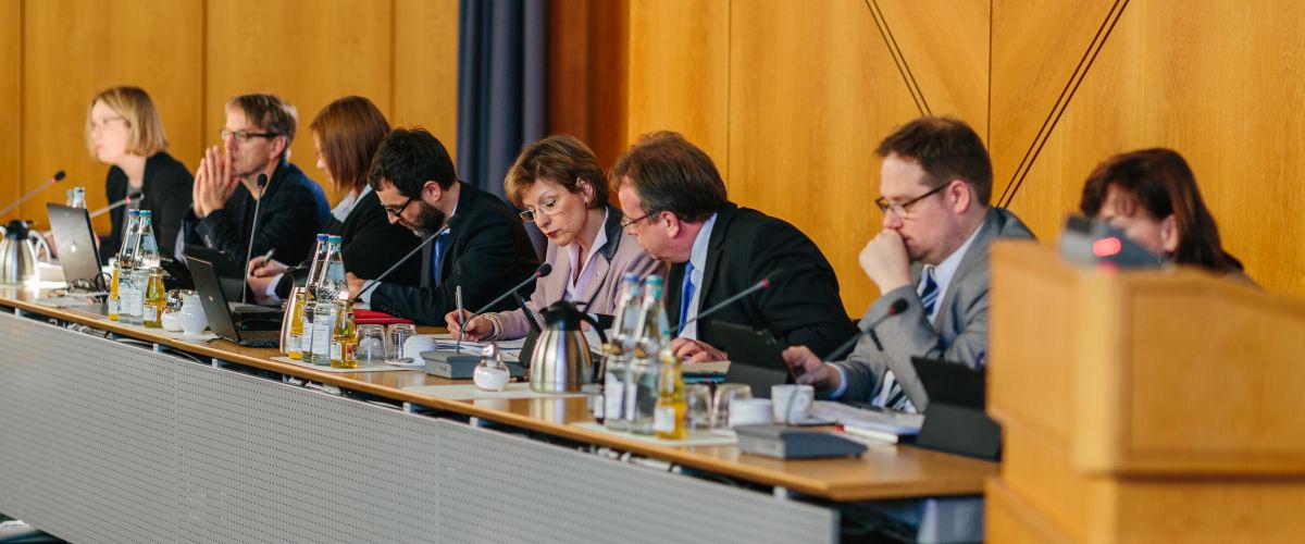 Besetzung des Podiums während einer Kreistagssitzung