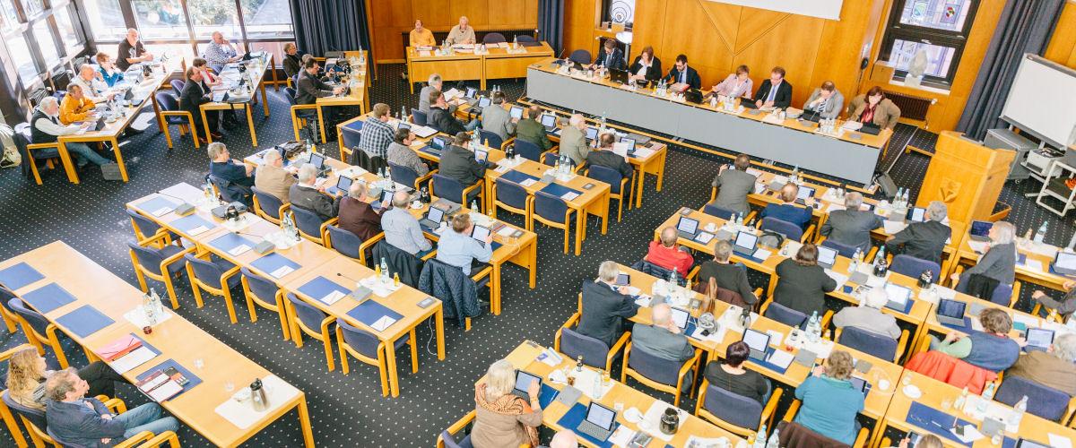 Blick von der Empore auf die Kreistagsmitglieder wärend einer Kreistagssitzung