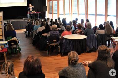 Gebannte Zuhörer beim Vortrag von Professor Argyro Panagiotopoulou im Werkraum Schöpflin zum Thema Sprachentwicklung bei mehrsprachigen Kindern