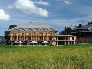 """Bildnachweis: Alt und neu vereint: Schwarzwälder Architektursprache modern weiterentwickelt. Hotel """"Breggers Schwanen"""" in Bernau. © Conrads"""