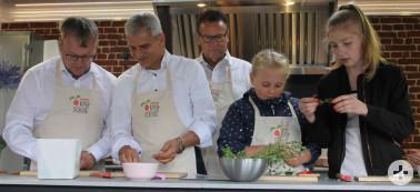 Gemeinsames Zubereiten von regionalen Leckerbissen im mobilen Ernährungsbus der Naturpark-Kochschule: Minister Peter Hauk MdL mit den Abgeordneten Dr. Patrick Rapp MdL und Ulli Hockenberger MdL (von rechts).