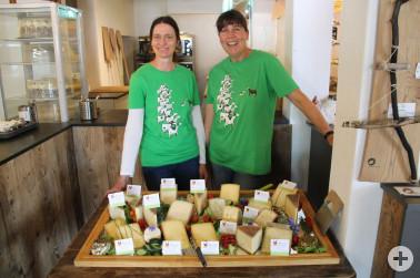 Brigitte Batsching-Lemesle vom Hof Le Frombaar (re.) präsentiert ihre Käsespezialitäten aus eigener Herstellung.