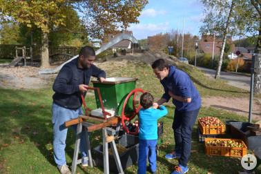 Apfelsaftpressen mit Kindern – möglich am kommenden Sonntag beim Naturtag 2019 auf der Tüllinger Höhe. Foto: Klaus Nasilowski