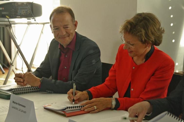 Landrätin Marion Dammann bei der Vertragsunterzeichnung