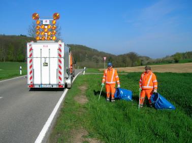 Mitarbeiter der Straßenmeistereien befreien die Straßengräben von Müll