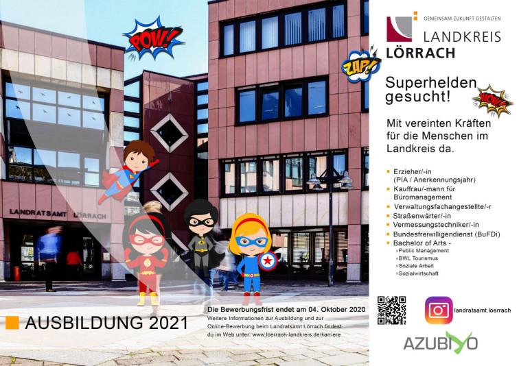 Gebäudeansicht des Landratsamts mit Comicfiguren, die Superhelden darstellen