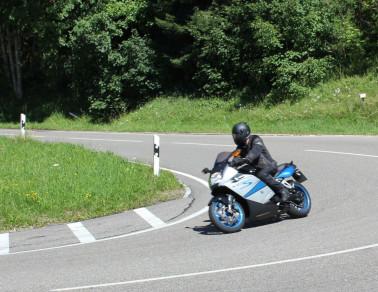Ein Motorradfahrer legt sich in die Kurve – der Schwarzwald ist bei Motorradfahrern beliebt Foto: Landratsamt Lörrach