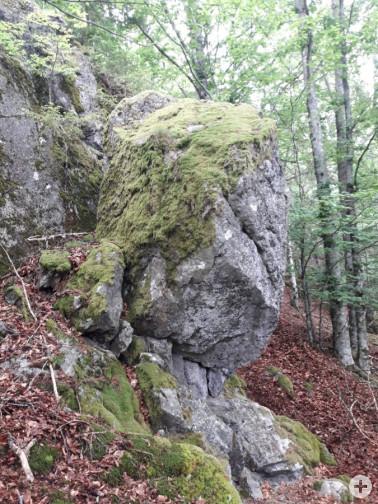 Einer der beiden weiteren Felsbrocken: Dieser sieben Kubikmeter große Stein drohte abzustürzen und wurde ebenfalls entfernt. Bildnachweis: © Felssicherung und Zaunbau Königl GmbH&Co.KG