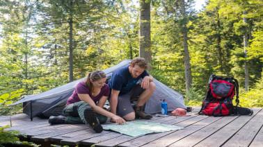 Beim Trekking im Schwarzwald dürfen naturverbundene Wandernde an bestimmten Stellen in der Natur ganz legal ihr Zelt aufschlagen – hier im Camp Windberg. (© Sebastian Schröder-Esch)