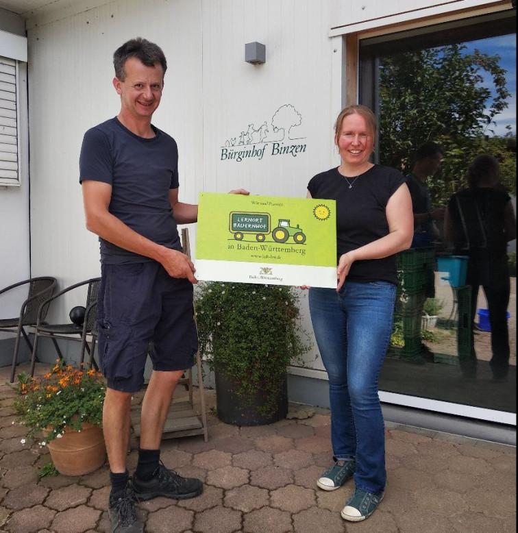 Linda und Markus Bürgin bei der Hofschildübergabe für den neuen Lernort Bauernhof