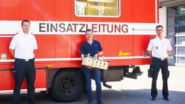 Kommandant Manuel Müller (links) und Kreisbrandmeister Christoph Glaisner verabschieden Frank Rimkus (Mitte) als Leiter des Fernmeldezugs Lörrach. Foto: Landratsamt Lörrach