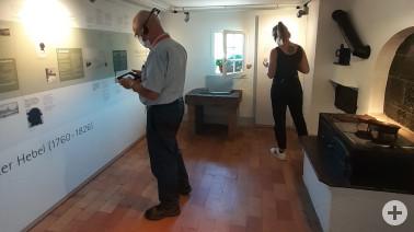 Teilnehmende der Herbsttagung der Museen im Naturpark Südschwarzwald testen die technischen Anwendungen in der Literaturausstellung im Hebelhaus in Hausen i. W.