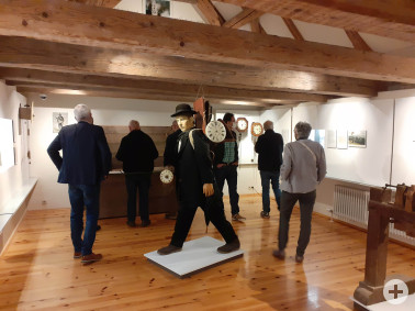 Teilnehmende des Naturpark-Kulturforums im Kloster Museum St. Märgen bei einer kurzweiligen Museumsführung in der Uhrenabteilung