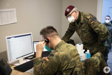 General Eberhard Zorn schaut einem Soldaten bei der Arbeit über die Schulter.