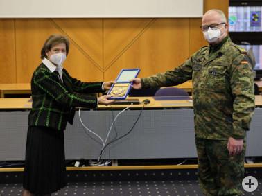 General Eberhard Zorn übergibt Landrätin Marion Dammann zur Erinnerung an den Besuch das Wappen des Generalinspekteurs.