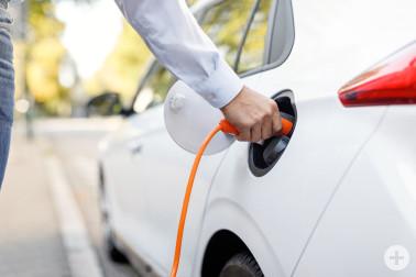 Symbolbild: Ein Elektroauto wird geladen. Foto: badenova